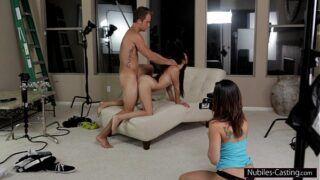 Homem comendo novinha com namorada filmando xvdes